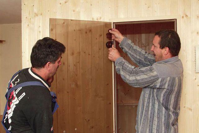 Монтаж двери из стекла в парилку инструкция